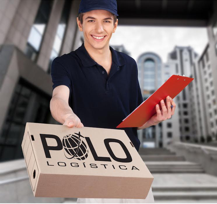 Rapaz sorrindo com uma caixa de entregas com a logo da Polo